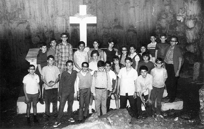 1969-1970 / Η Β' Γυμνασίου στο Σπήλαιο του Μελιδονίου.